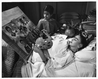 foto-frida-kahlo-pintando-en-su-cama